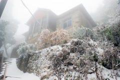 Huis in mist royalty-vrije stock foto's