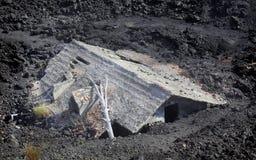 Huis na een vulkanische uitbarsting stock afbeeldingen
