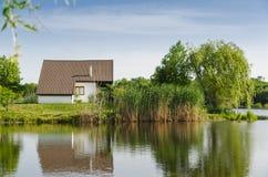 Huis naast het meer Stock Foto's