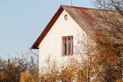 Huis onder de bomen royalty-vrije stock fotografie
