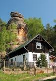 Huis onder een rots Stock Afbeeldingen