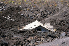 Huis onder lava stock fotografie