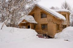 Huis onder sneeuw Stock Afbeelding