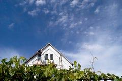Huis onder wolken Royalty-vrije Stock Foto
