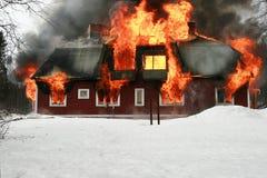 Huis op brand Stock Afbeeldingen