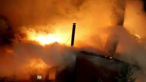 Huis op brand Vuurhaardvuurzee stock videobeelden