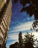 Huis op de achtergrond van de hemel Royalty-vrije Stock Foto's