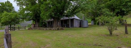 Huis op de Convict Sleep of Grote Noordelijke Weg tussen Bucketty en St Albans, NSW, Australi? stock foto's