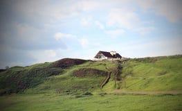 Huis op de groene heuvel Royalty-vrije Stock Afbeelding