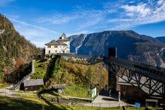 Huis op de Heuvel met Blauwe Hemel en Berg Stock Afbeeldingen