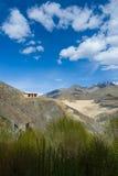 Huis op de klip in Ladakh, Himalayagebergte, Jammu en Kashmir, India Royalty-vrije Stock Foto's
