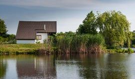Huis op de rand van het meer Royalty-vrije Stock Afbeelding