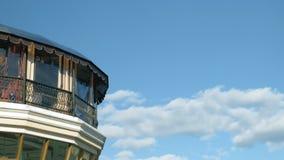 Huis op een achtergrond van blauwe hemel stock video