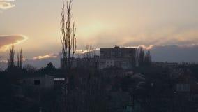 Huis op een heuvel bij zonsondergang stock videobeelden