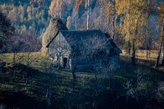 Huis op een heuvel in mist dichtbij Brasov, Roemenië wordt behandeld dat Royalty-vrije Stock Fotografie