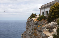 Huis op een rots - RUW formaat royalty-vrije stock foto's