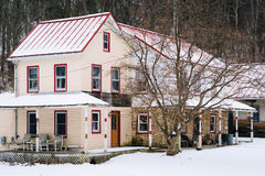Huis op een sneeuw de winterdag, op een plattelandsgebied van Carroll County, Stock Afbeeldingen