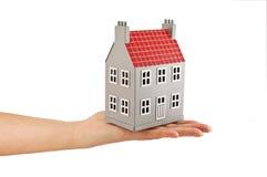 Huis op geïsoleerde hand Stock Foto