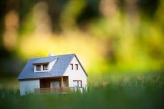 Huis op groen stock foto