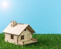 Huis op groen gras Stock Afbeelding