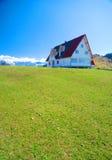 Huis op groene heuvel royalty-vrije stock fotografie