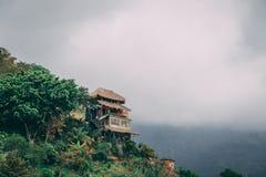 Huis op groene heuvel met terras royalty-vrije stock foto
