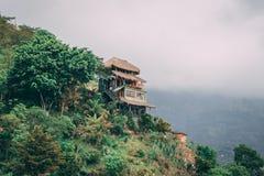 Huis op groene heuvel met wolken royalty-vrije stock foto's