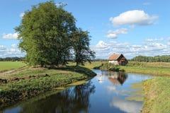 Huis op Havel-rivierkanaal in Brandenburg Duitsland stock foto's