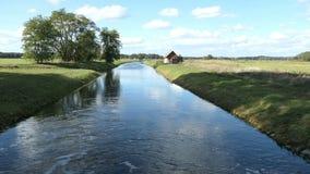Huis op Havel-rivierkanaal in Brandenburg Duitsland stock footage