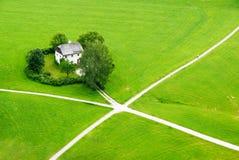 Huis op het groene gebied van Saltzburg stock foto's