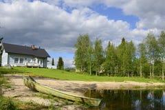 Huis op het kleine meer Stock Afbeeldingen