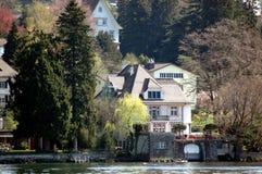 Huis op het meer royalty-vrije stock afbeeldingen