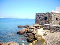 Huis op het overzees in vulkanische steen wordt gemaakt die Stock Afbeeldingen