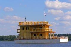 Huis op het water royalty-vrije stock afbeelding