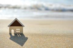 Huis op het zandstrand dichtbij overzees Royalty-vrije Stock Foto