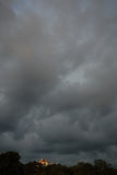 Huis op heuvel en het bedreigen van wolken Royalty-vrije Stock Foto's
