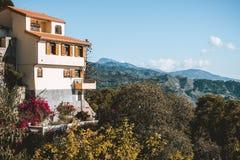 Huis op heuvel in Savoca-dorp, Sicilië, Italië stock foto