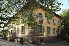 Huis op Mendeleev-Straat in Magnitogorsk-stad, Rusland stock afbeelding
