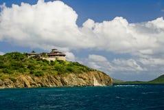 Huis op oceaanklip Stock Foto