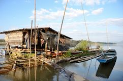 Huis op rivier Stock Afbeeldingen