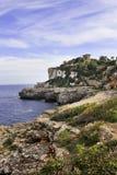 Huis op rotsachtige kustlijn Stock Afbeeldingen