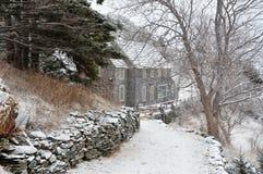 Huis op sneeuwweg Stock Afbeeldingen