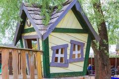 Huis op speelplaats Stock Fotografie