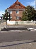 Huis op straathoek in Frederikshavn, Jylland, het noorden Stock Afbeelding