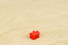 Huis op zand Stock Afbeeldingen