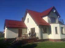 Huis op zonnige dag Stock Afbeeldingen