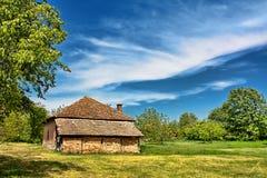 Huis in platteland stock afbeeldingen