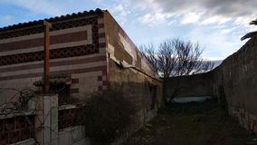 Huis in ruïne, droge boom, bochtige muren royalty-vrije stock foto's