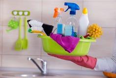 Huis schonere het geven schoonmakende levering in één hand stock foto