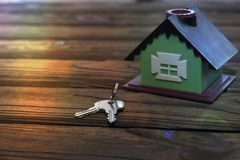 Huis, sleutels op een houten lijst royalty-vrije stock foto